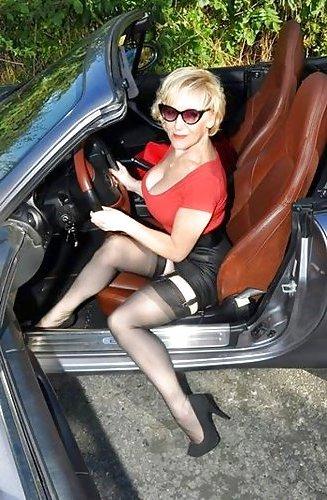 Sexgeile Hausfrau lässt sich auf dem Parkplatz ficken